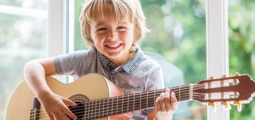 Jak zbavit své dítě závislosti na tabletu? Veďte jej ke hře na hudební nástroj