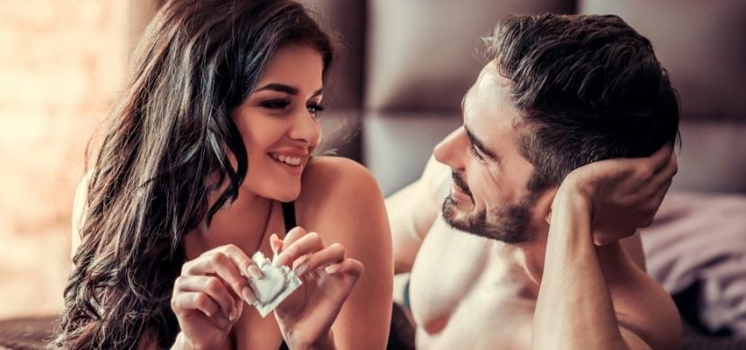 Kdo z partnerů by měl kupovat a platit kondomy? Nejde pouze o mužskou záležitost
