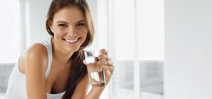 Že je pití teplé vody nesmysl? Prospěje to vašemu fyzickému i psychickému zdraví