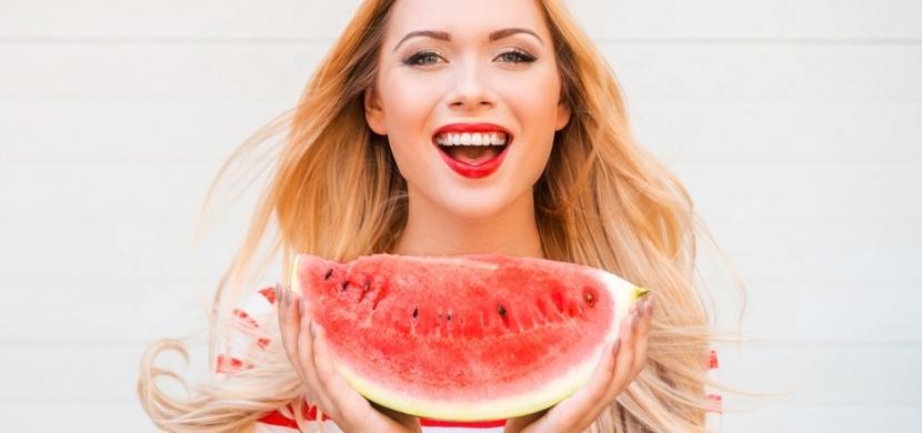 Milujete vodní melouny? Pokud mají trhliny nebo žlutá vlákna, jejich konzumaci si dobře rozmyslete