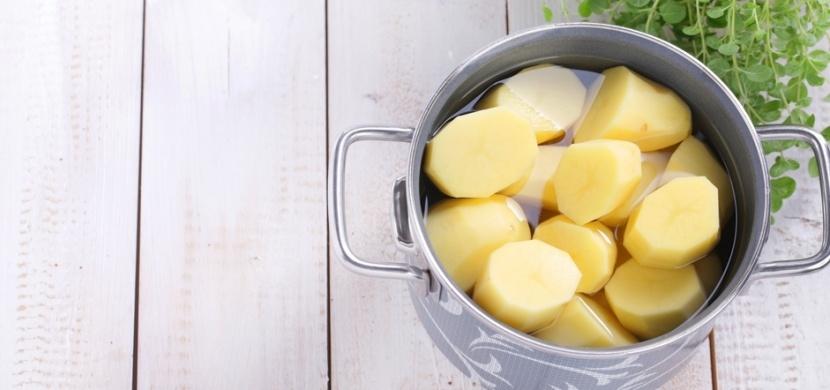 Vyléváte vodu z vařených brambor? Zbavujete se tak cenného zdroje vitaminů a minerálů