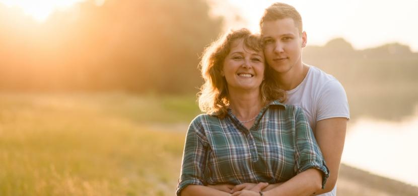 Mladší muž a starší žena: Proč se tak přitahují a má jejich vztah budoucnost?