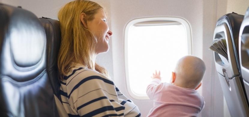 Žena nemohla v letadle uklidnit své plačící dítě: Zatímco ostatní cestující zuřili, cizí maminka jí nabídla pomoc