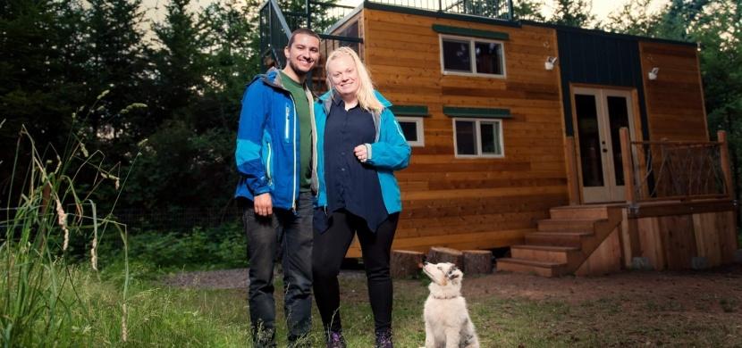 Zamilovaní cestovatelé si postavili miniaturní dům snů: Na 22 metrech čtverečních mají konečně stálý domov