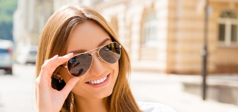 Poohlížíte se po nových slunečních brýlích na léto? Kromě designu se zaměřte na UV filtr a zabarvení skel