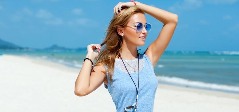 Co s přesušenými vlasy od sluníčka a slané vody? Vyzkoušejte tyto triky, díky kterým nebudete mít na konci léta zničené vlasy