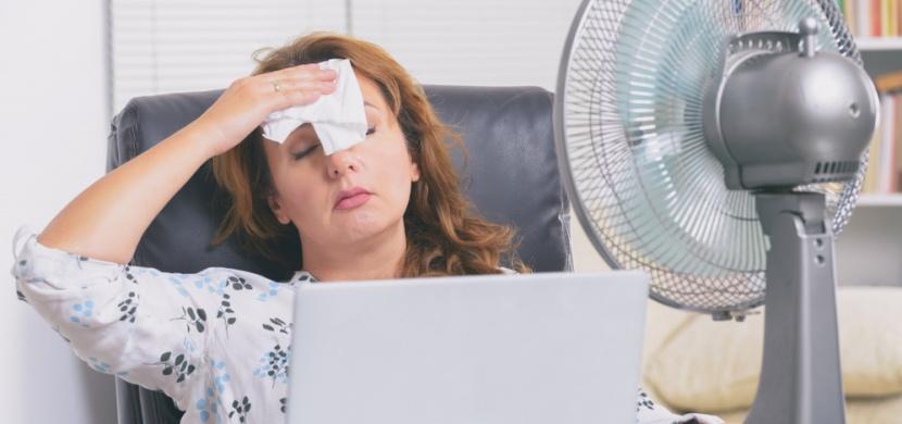 Jak přežít vedra v kanceláři? Klimatizace a zeleň jsou základ
