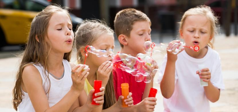 Domácí bublifuk pro velké i malé děti: Zabavte své ratolesti nestárnoucí klasikou