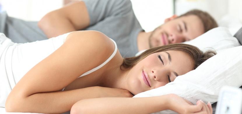 Američtí manželé dodržují neobvyklý ložnicový zvyk: Každý večer usínají na jiné straně postele
