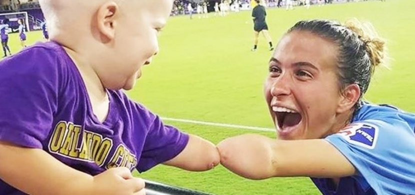Chlapeček se setkal s profesionální fotbalistkou, která má stejné postižení jako on: Tato žena je pro něj životním vzorem