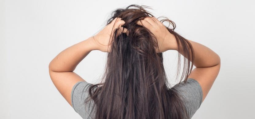 Jak funguje suchý šampon? Nejde o plnohodnotnou náhradu za mytí, vašim vlasům může spíš uškodit