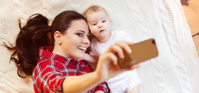 Takto vypadá skutečné mateřství: Maminka nafotila pomocí selfie tyče svůj běžný den s miminkem