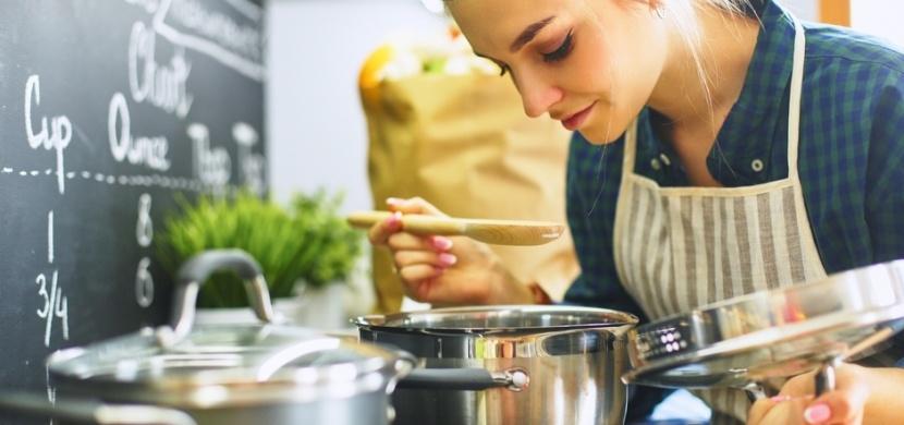 Těmto hrncům a pánvím se raději vyhněte: Zrádné je kuchyňské nádobí z teflonu, hliníku a mědi