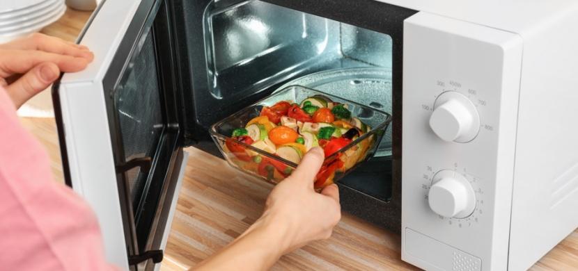 Dezinfekce kuchyňské houbičky nebo snadnější loupání česneku a rajčat. I tak můžete použít mikrovlnnou troubu