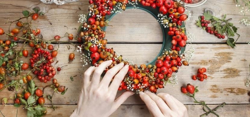 Podzimnímu věnci na dveře nejvíc sluší přírodniny: Nasbírejte kukuřici, šípky, mochyni či kaštany a pusťte se do díla