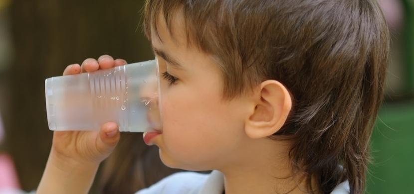 Slovenští rodiče sdíleli nesmyslný požadavek jedné mateřské školky: Každé dítě má dle seznamu pomůcek přinést 100 kusů plastových kelímků