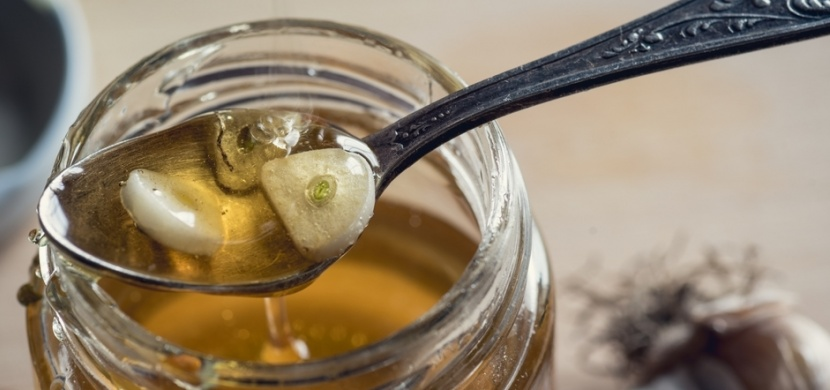 Domácí česnekový sirup je výborný na posílení imunity. Uleví vám také od rýmy a chřipky