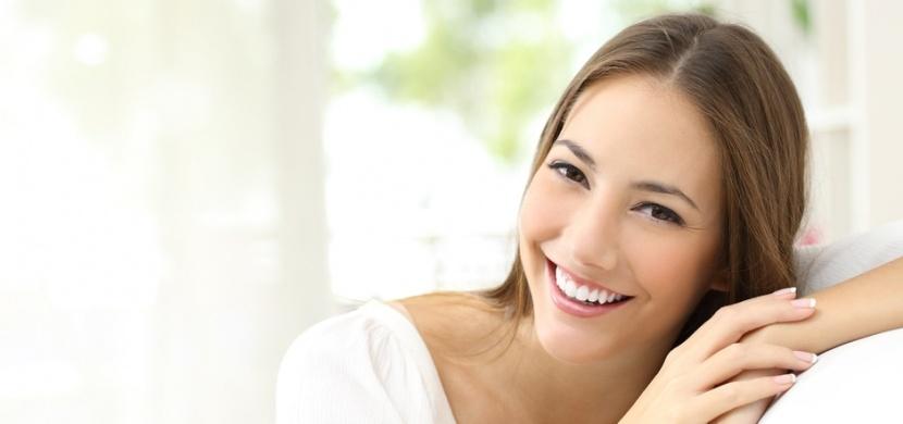 Šetrné bělení zubů přírodní cestou: Bělejší úsměv vám zajistí jahody, kokosový olej i jedlá soda