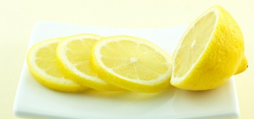 Plátek citronu vedle postele dokáže zázraky: Jaký dopad má na vaše zdraví, zatímco spíte?