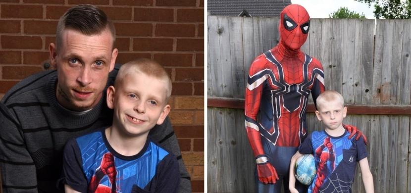 Britský táta, který má syna s autismem, se převléká do kostýmu Spidermana: Pomáhá mu tím zvládat jeho nálady