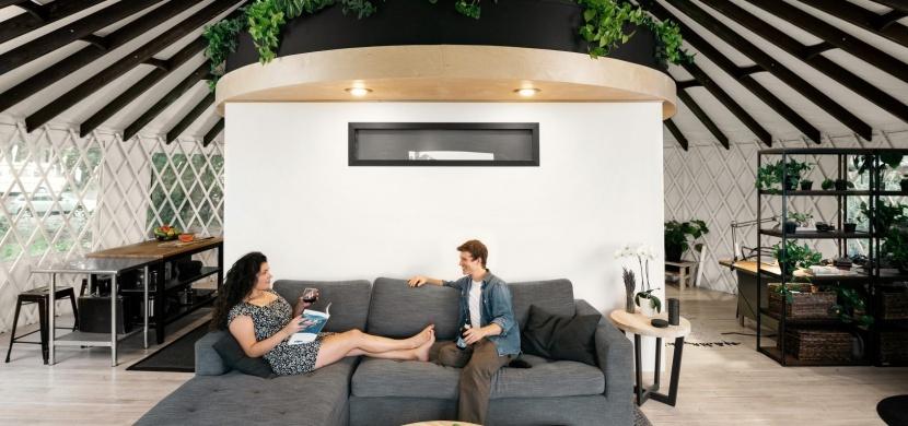 Bydlení na 65 m²: Mladý pár proměnil jurtu v moderní dům