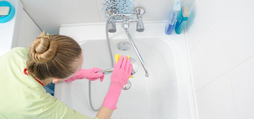 Jak a čím vyčistíte zašlou vanu? Pomůže vám soda, ocet i kyselina citronová