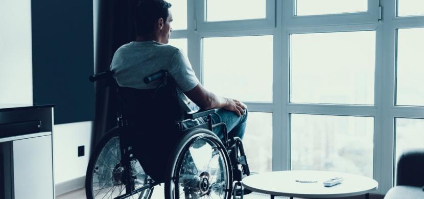 Tímto onemocněním trpí jen pár desítek lidí na světě. Kvůli své nemoci je Lukáš odkázán na invalidní vozík a neustálou pomoc svých rodičů
