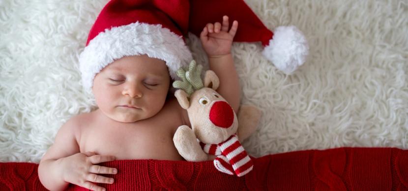 V porodnici v americkém San Antoniu balí prosincová miminka do vánočních punčoch: Tato tradice trvá už padesát let