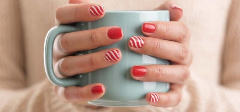 Trendy v zimní manikúře: Oživte své nehty pletenou texturou nebo skandinávským vzorem