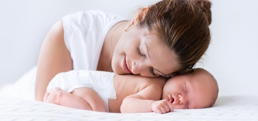 """""""Návštěvy, nehrňte se hned do porodnice a nechte maminky vydechnout"""", apeluje ve svém virálním příspěvku bloggerka Katie Bowman"""