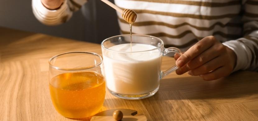 Mléko s medem není pouze nápojem pro děti: Pomůže vám s nespavostí a zlepší trávení