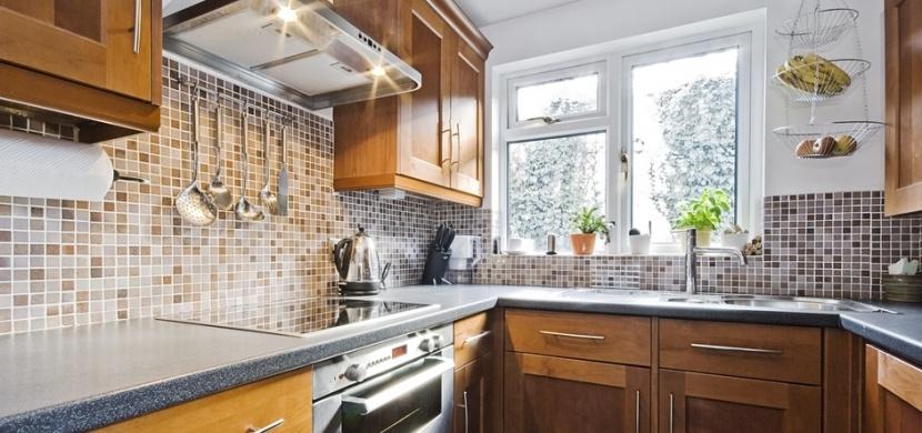 Co dát za kuchyňskou linku: Stěnu obložte mozaikou, přírodním kamenem i trendy skleněnou deskou