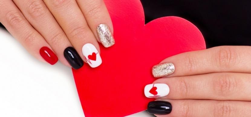 Valentýnské nehty: Vede červená klasika, v závěsu jsou srdíčka a třpytky