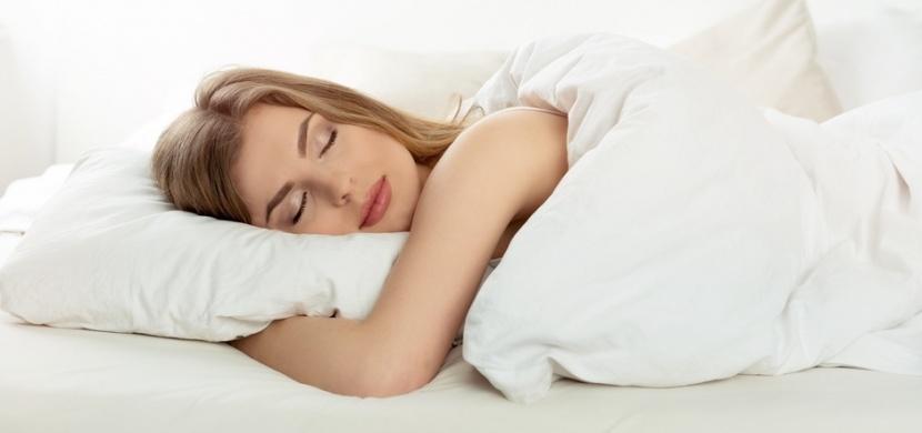 Proč nespat na pravém boku: Zpomalujete proudění lymfy a zaděláváte si na pálení žáhy