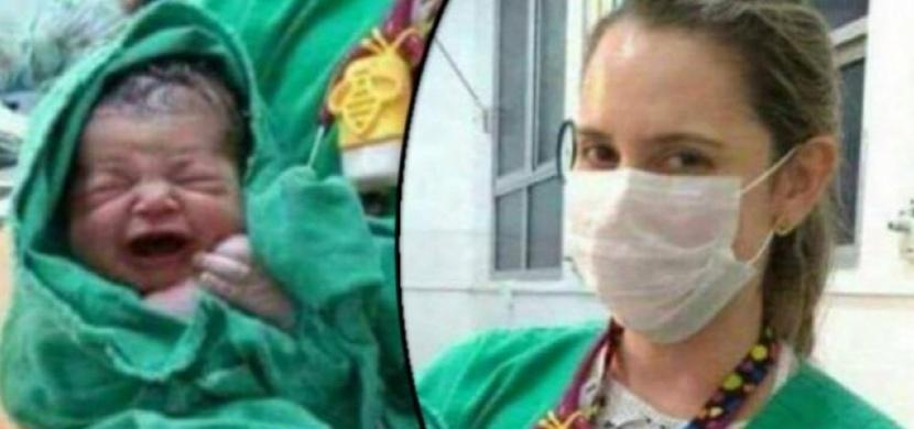 Zdravotní sestra ukazuje rodině novorozeně. To, co se dělo za ní, neměl nikdo vidět