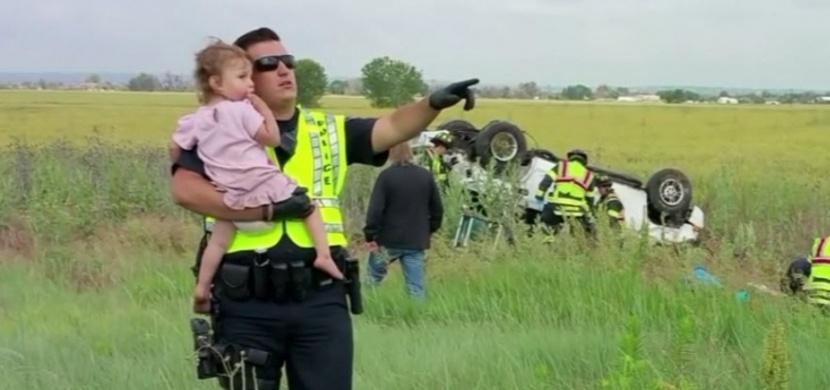 Policista se u tragické dopravní nehody zachoval jako pravý otec: Jeho přístup dojímá svět