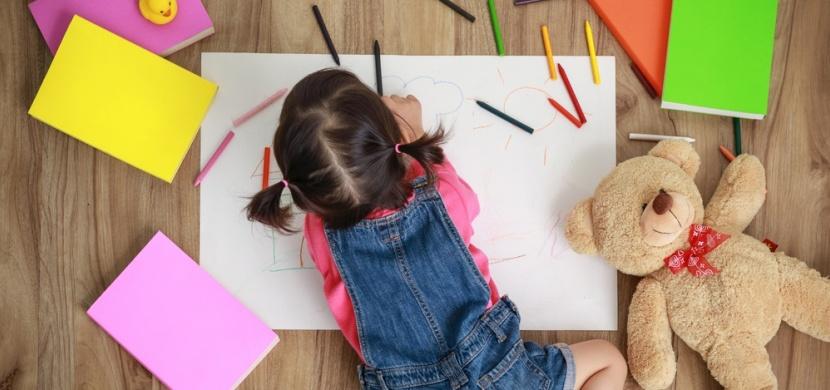 Děvčátko namalovalo maminku ve sprše. Její kresba pobavila celý internet