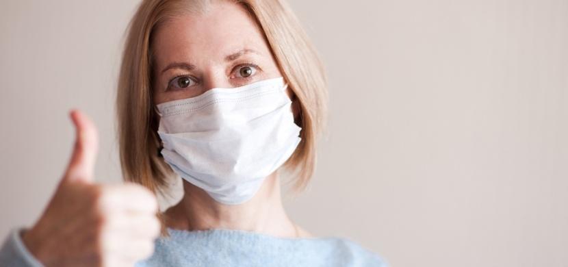 Celosvětový boj s koronavirem hlásí dobré zprávy: Vědecké objevy, úspěšná léčba a snižující se nemocnost