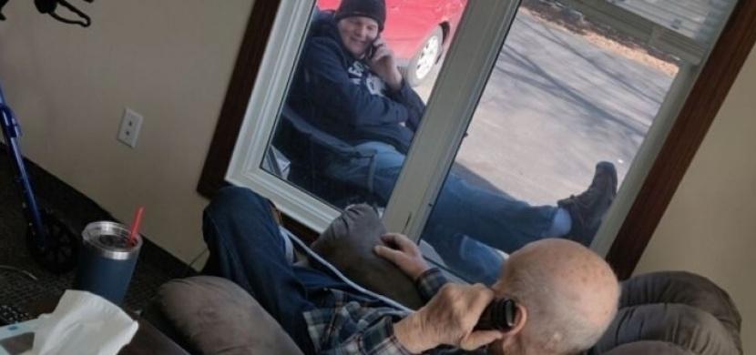 V domově pro seniory jsou zakázané návštěvy, Charlie Johnson však tátu vidí každý den. Telefonují si přes okno