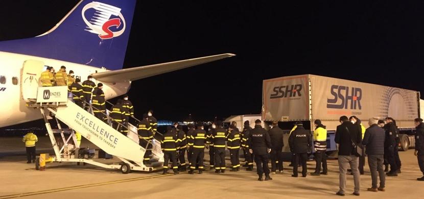Druhé letadlo Smartwings přivezlo z Číny do Česka 700 tisíc roušek a 100 tisíc respirátorů: Další ochranné pomůcky jsou na cestě