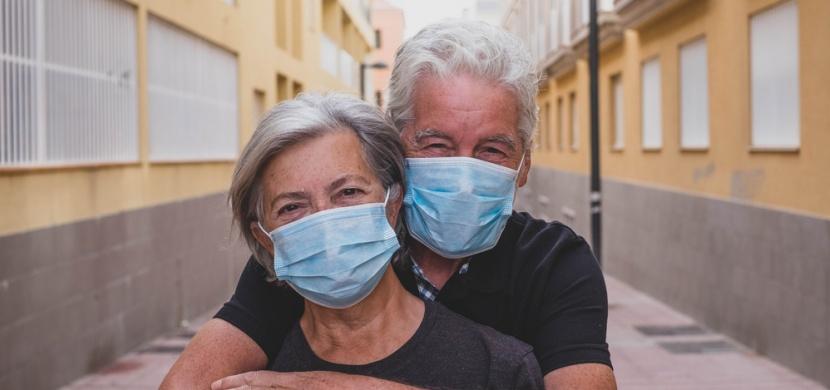 Koronavirus zabíjí častěji muže: Proč tomu tak je?