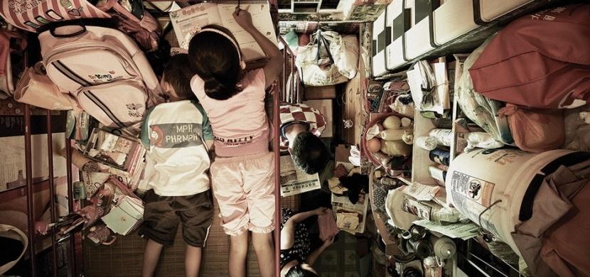 Karanténu jako ze zlého snu prožívají lidé v Hongkongu: Jejich byty často nemají ani 5 m²