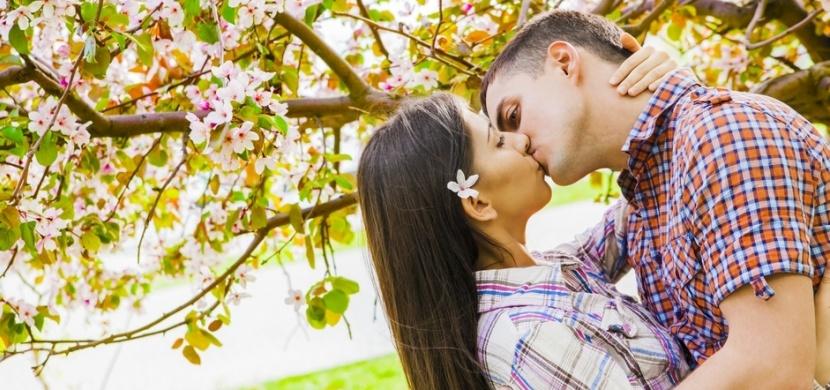 První máj aneb lásky čas: Proč se 1. května líbáme pod rozkvetlou třešní