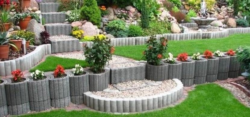 Vyšperkujte si zahradu pomocí svahových tvárnic. Osaďte je květinami, jahodami nebo bylinkami
