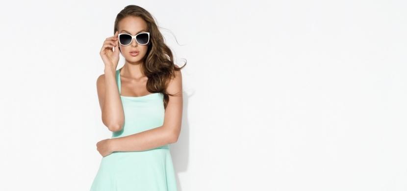 Neo mint neboli pastelově mátová je barvou letošního jara a léta. Noste ji na šatech, sukních i kabelkách