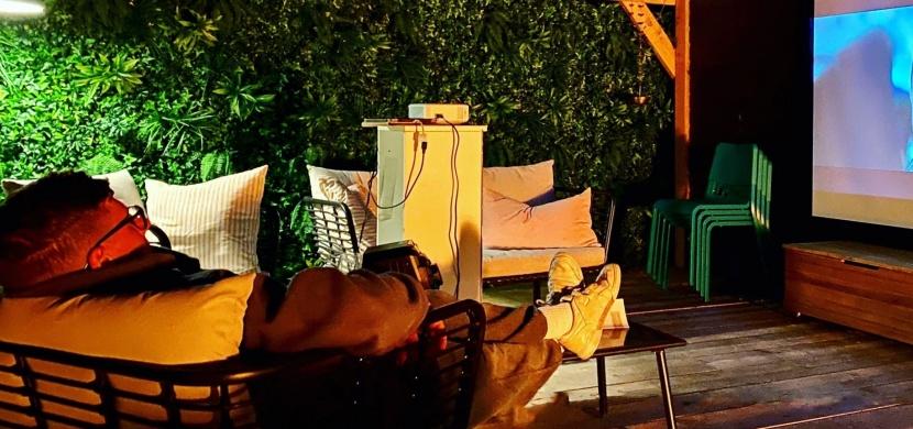 Mladý britský pár si během karantény postavil vysněné letní kino. Luke a Hannah nyní sledují pod širým nebem své oblíbené filmy