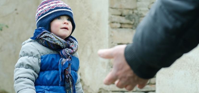 Youtuber Joey Salands ukazuje, jak jsou malé děti důvěřivé a klidně odejdou s cizím člověkem. Jeho videa jsou poučením pro rodiče