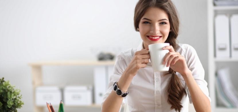 Špinavé hrnky na kávu jsou živnou půdou pro bakterie a viry. Zvlášť na pracovišti se sdílenou kuchyňkou