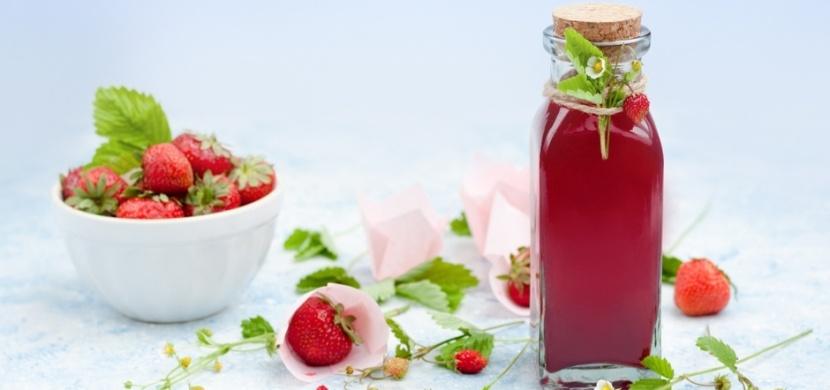 Jahodový sirup za studena chutná v domácí limonádě i ředěný vodou. Jeho přípravu zvládne každý