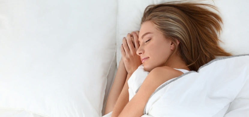 Jak spát v horku: Usínejte v bavlně, spěte v posteli sami a nechte místností proudit vzduch